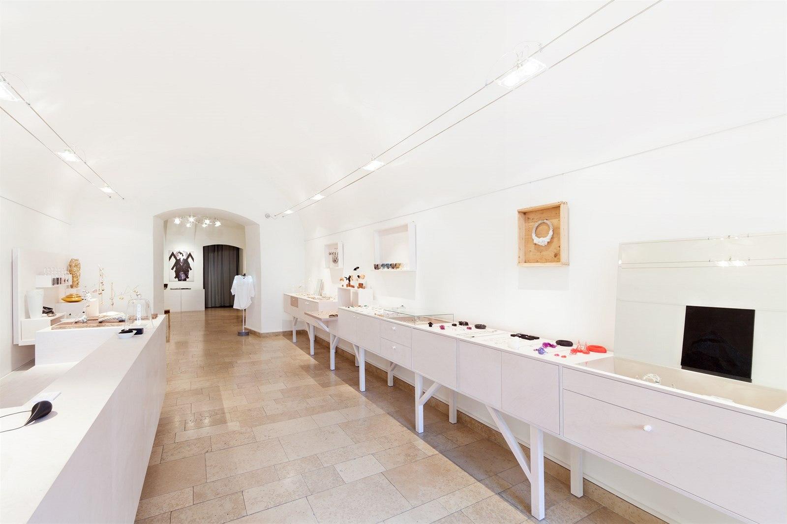 Debut Gallery